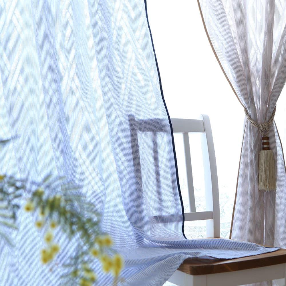 アクセントスタイルカーテン おうちカフェを雰囲気から楽しめるような、カジュアルでお洒落なアクセントスタイルカーテン<カフェ>